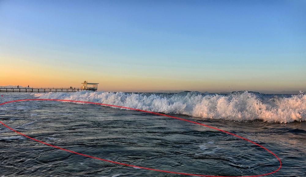 Красным выделен бурун - обратное течение, образующееся от волн